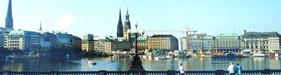 ハンブルクの街並みとアルスター湖の景観