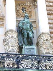 市庁舎バルコニー バルバロッサ像