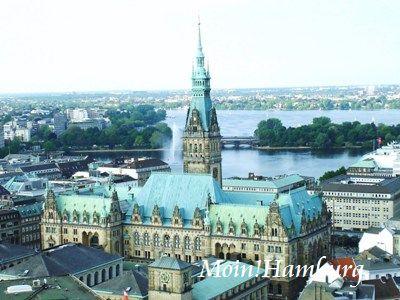 ハンブルク市庁舎とアルスター湖