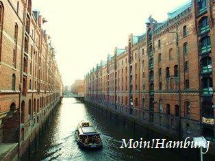 倉庫街と遊覧船