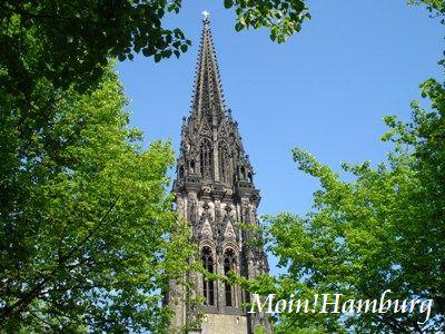 聖ニコライ教会の尖塔と新緑