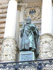 市庁舎バルコニー カール大帝の像