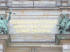 市庁舎正面 ラテン語の銘文